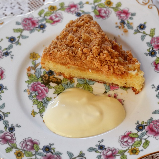 Apple streusel cake - a nice way to warm up on a chilly wintry day #instafood #instagood #foodstagram #apples #cake #lisaeatsworld #lisabakes